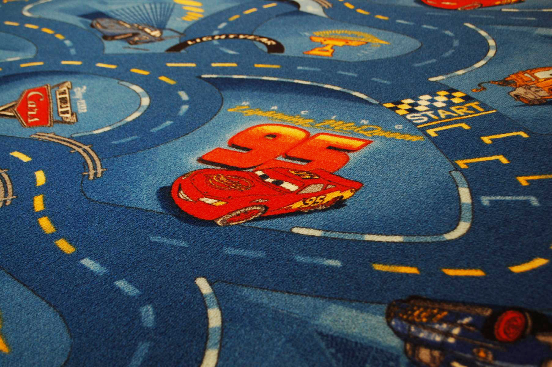 umkettelter spielteppich cars racing blau nach ma. Black Bedroom Furniture Sets. Home Design Ideas